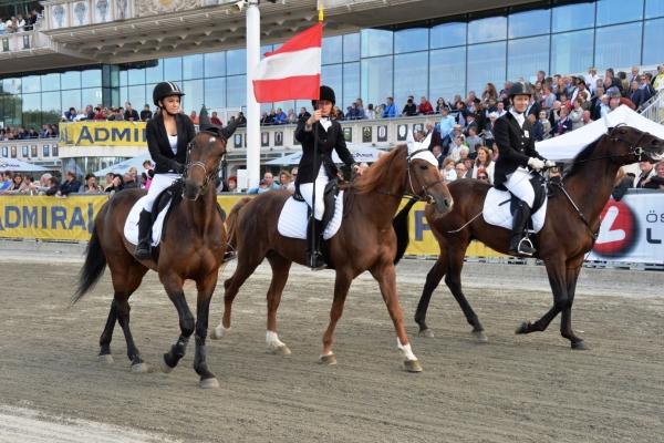 Paradereiterinnen beim Österreichischen Traber Derby